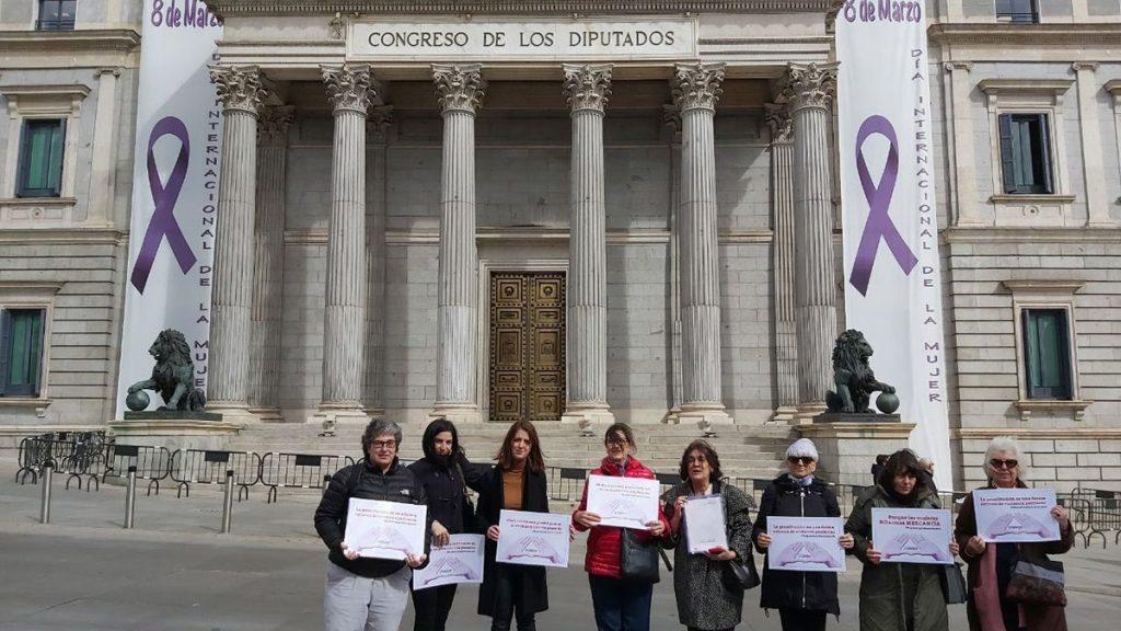 Frente a la puerta del Congreso, presentando la solicitud de reunión con el Gobierno